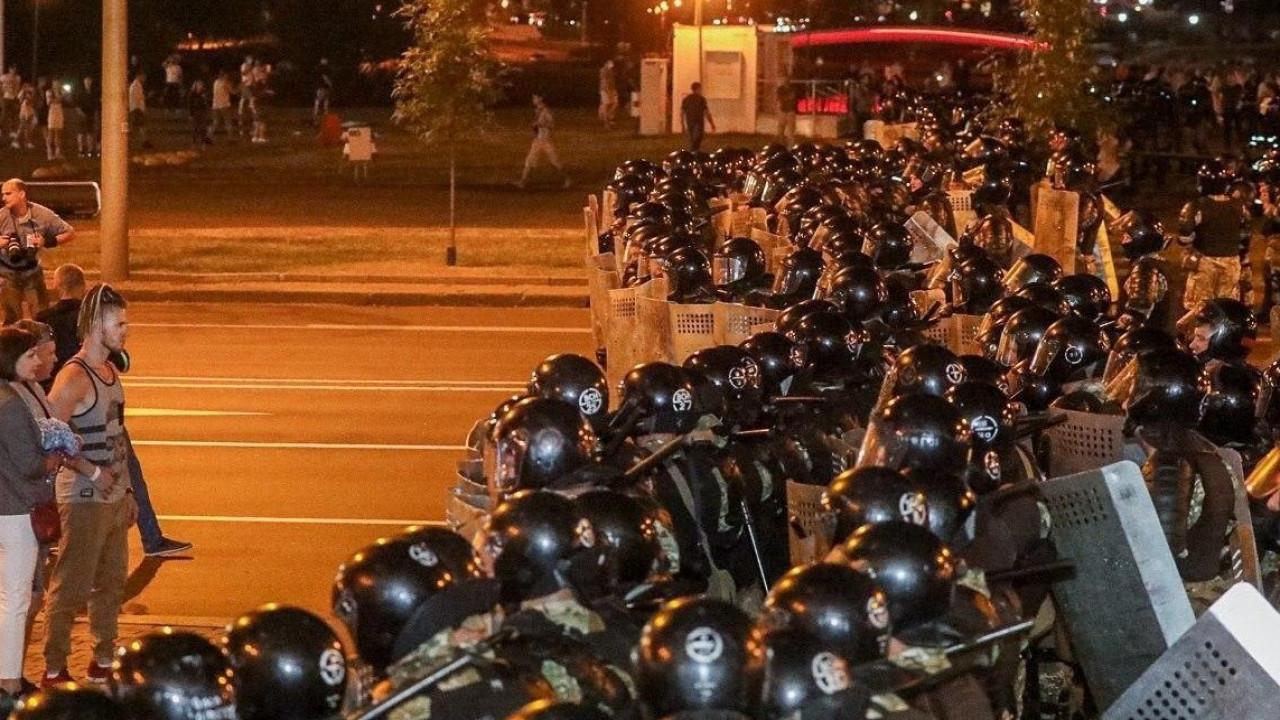 Начались протесты и столкновения после закрытия участков в Беларуси